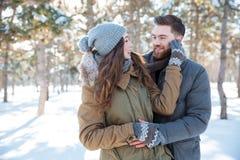 Paar die elkaar in de winterpark bekijken Royalty-vrije Stock Fotografie