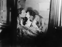 Paar die elkaar kussen (Alle afgeschilderde personen leven niet langer en geen landgoed bestaat Leveranciersgaranties die daar B  royalty-vrije stock foto's