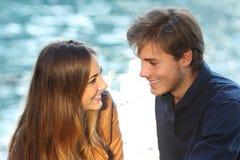 Paar die elkaar in liefde op vakanties kijken Royalty-vrije Stock Fotografie