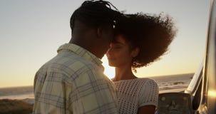 Paar die elkaar omhelzen dichtbij pick-up bij strand 4k stock footage