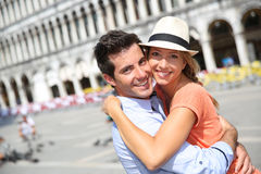 Paar die elkaar in Piazza San Marco omhelzen Stock Foto's