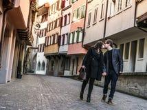 Paar die en in de stad lopen kussen Stock Foto's