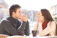 Paar die en het flirten het kijken elkaar dateren royalty-vrije stock foto