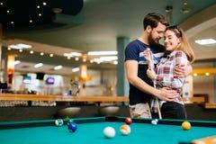 Paar die en het spelen snooker dateren stock afbeelding
