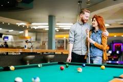 Paar die en het spelen snooker dateren royalty-vrije stock afbeeldingen