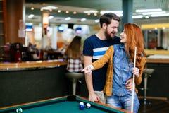 Paar die en het spelen snooker dateren stock fotografie