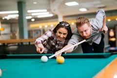 Paar die en het spelen snooker dateren stock foto's
