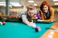 Paar die en het spelen snooker dateren royalty-vrije stock afbeelding