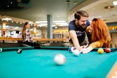 Paar die en het spelen snooker dateren royalty-vrije stock foto