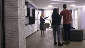 Paar die en nieuwe flat binnengaan bekijken stock footage