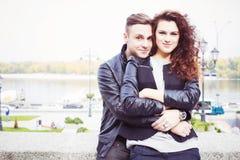 Paar die en op een datum bij het park koesteren glimlachen Stock Foto