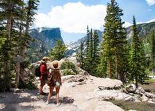 Paar die en van mooie bergmening ontspannen genieten stock foto's