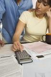 Paar die Financiële Begroting berekenen stock foto
