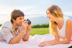 Paar die foto's van elkaar met retro uitstekende camera overnemen Royalty-vrije Stock Foto's