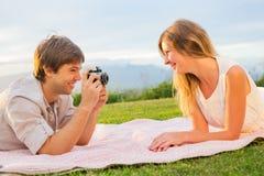 Paar die foto's van elkaar met retro uitstekende camera overnemen Royalty-vrije Stock Fotografie