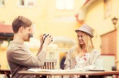 Paar die fotobeeld in koffie nemen Stock Foto