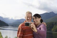 Paar die fotograferen tegen de Bergen royalty-vrije stock foto's