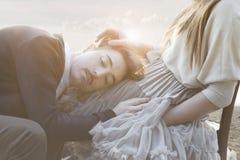 Paar die gebaren van affectie in een surreal atmosfeer hebben royalty-vrije stock fotografie