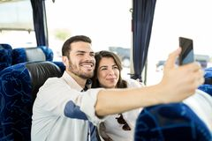 Paar die Geheugen maken tijdens Busreis royalty-vrije stock fotografie