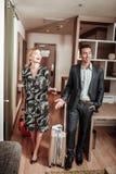 Paar die gelukkig en vrolijk beginnend hun vakantie voelen royalty-vrije stock afbeeldingen