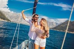 Paar die gelukkige tijd op zee doorbrengen aan een jacht Luxevakantie op een seaboat stock afbeelding