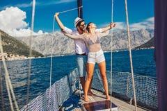 Paar die gelukkige tijd op zee doorbrengen aan een jacht Luxevakantie op een seaboat stock foto