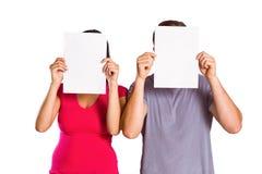 Paar die gezichten behandelen met document Stock Fotografie