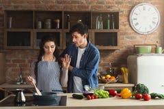Paar die gezond diner samen koken royalty-vrije stock afbeeldingen