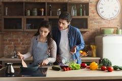 Paar die gezond diner samen koken royalty-vrije stock afbeelding