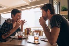 Paar die hamburger hebben bij restaurant Royalty-vrije Stock Fotografie