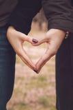 Paar die hart met hun handen maken Stock Afbeeldingen