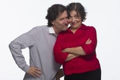 Paar die hartelijk met horizontaal elkaar, zijn Stock Afbeeldingen