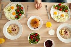 Paar die heerlijk ontbijt op keukenlijst hebben stock afbeeldingen
