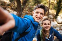Paar die in het bos wandelen stock afbeeldingen
