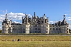 Paar die het Chambord-Kasteel bewonderen stock foto's