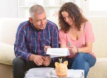 Paar die het contract van de kredietverzekering ondertekenen stock afbeeldingen
