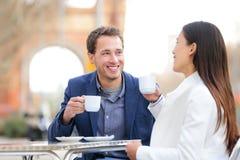 Paar die het drinken koffie dateren bij koffie, Barcelona Stock Foto