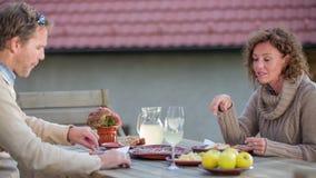 Paar die het huis gemaakt eten tot goedheid in retortion in het platteland stock footage