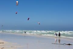 Paar die het kiteboarding bekijken Stock Foto