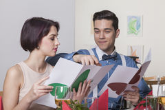 Paar die het menu in een restaurant lezen stock fotografie