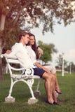 Paar die in het park dateren stock afbeeldingen