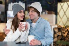 Paar die hete drank op de winterdag hebben stock afbeelding