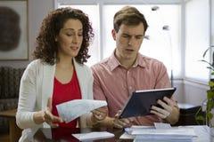 Paar die horizontale tablet bekijken, stock afbeeldingen