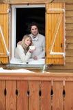 Paar die in houten chalet blijven stock fotografie