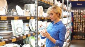 Paar die huishoudengoederen in detailhandelaar kiezen Consumentisme, het winkelen, levensstijl stock videobeelden