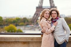Paar die hun wittebroodsweken in Parijs besteden Stock Foto's