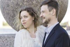 Paar die iets bekijken pret Royalty-vrije Stock Foto