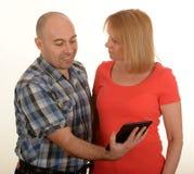 Paar die ipad gebruiken Royalty-vrije Stock Foto's