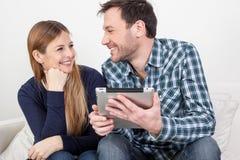 Paar die ipad gebruiken Stock Foto's