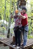 Paar die kabel beklimmen royalty-vrije stock foto's